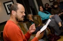 Le comédien René-Claude Emery en pleine lecture d'un extrait de Béton armé © Sandra Hildebrandt