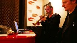 Yannick Barman à la trompette et à l'électronique avec le comédien Roland Vouilloz © Jean-Claude Boré